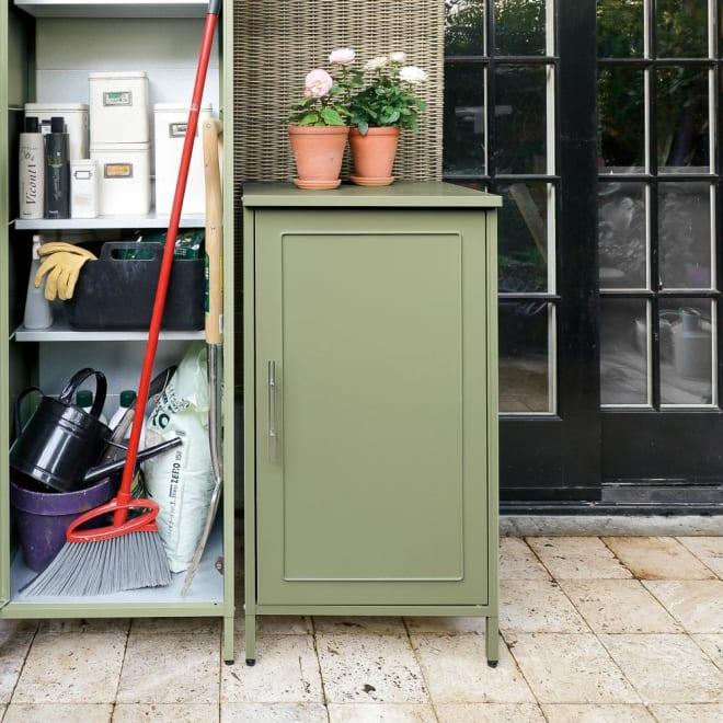欧風スリム収納庫 高さ95cm (ア)セージグリーン スリムタイプ。わずかなスペースも収納に活用できます。棚板の手前には柄の長いツールが収納可能。