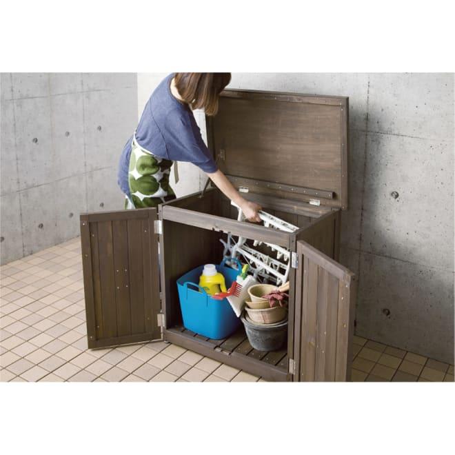 オールドカントリー調収納庫 高さ74cm オープン式の前扉は、収納物が取り出しやすいだけでなく、ホウキも入ってお手入れも簡単です。