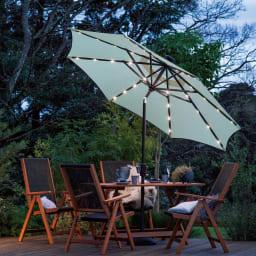 ソーラーライト付きパラソル 点灯時。夕暮れも、テーブル周りが明るくライトアップ!