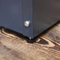 欧風トレリス付きプランターボックス〈ダークグレー〉 高さ161cm ガタ付きを抑えるアジャスター付き。