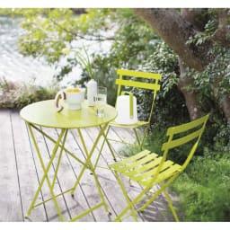 フランス製ビストロテーブル&チェア ビストロ3点セット 使用イメージ バーベナ テラスや庭に置いてあるだけで絵になるフランス製。可憐な花を咲かせるバーベナをイメージしたさわやかなカラーが庭の緑にマッチします。