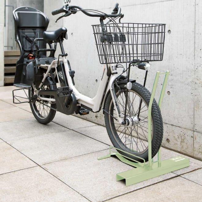 頑丈自転車スタンド セージグリーン色 電動自転車用カバー付き 電動自転車対応。園芸研究家吉谷さんセレクトの、草花とも相性の良いセージグリーンカラーが登場。