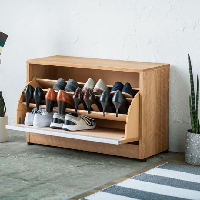 座れるシューズ収納ベンチ 幅75cm グリーンが映える天然木調で、大きく開いて出し入れが簡単。