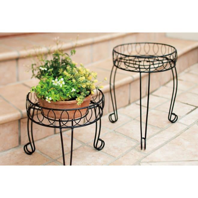 花台ラック 2点セット エレガントな猫脚とシンプルな曲線がガーデンにもお部屋にも品良くなじむ花台。高さの違う2点で飾り方に変化がつけられます。