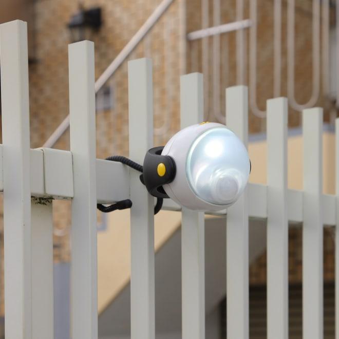 LEDどこでもセンサーライト どこでも取付 センサーにより高輝度LEDライトが自動的に点灯。どこにでも設置できてすぐに使える電池式です。