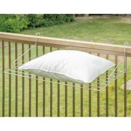スタイリッシュなのに大容量!ステンレス製ベランダタオルハンガー 枕の平干しができます。