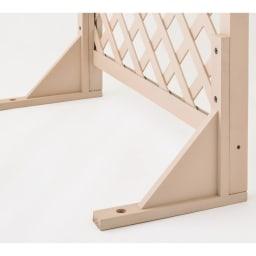 アンティーク風ラティスフェンス2枚組 ロー2枚組 転倒しにくいL字型の脚。地面に固定できる杭穴付きで、より安定した設置ができます。