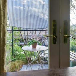 遮熱サンシェード ストライプ 180×180cm 透け感があるメッシュ地なので、日差しを遮りながら、室内の明るさはキープできます。