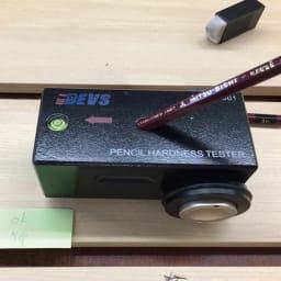 木目調アルミデッキ縁台用ステップ 単品 ステップ ~キズへの強さを確認する試験をクリア!~ a.硬い3H鉛筆芯でもキズがつきにくい。