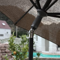 サマーガーデンパラソル 傘を傾けられるチルト機能付き。