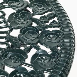 英国風ローズテーブル&チェア3点セット 立体的で重厚な質感のアルミ鋳物でサビにも強い。