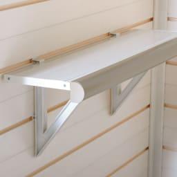 イタリア製物置 三角屋根 棚板は本体の溝に合わせて高さを移動できます。