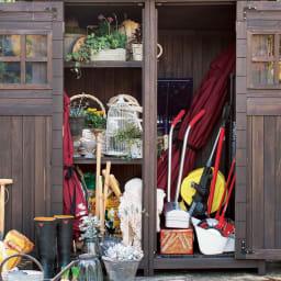 カントリー調物置 幅156cm ランタンソーラーライト&アーム付 左右で棚が外せて、小物と長物を分けて収納できます。