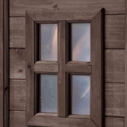 カントリー調物置 幅156cm ランタンソーラーライト&アーム付 コテージのように見える小窓がポイントに。アクリル製で割れる心配なし。