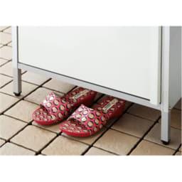 ガルバ製物置スリムタイプ 幅52.5高さ168cm 高めの床下(約10cm)には履き物がすっぽり。湿気を寄せ付けにくい効果も。