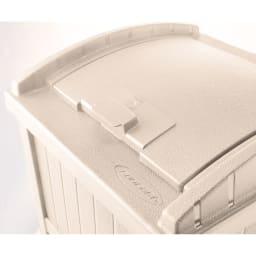 米国SUNCAST社 ダストボックス 投入口はワンタッチでロックできます。