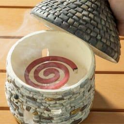 おうちの蚊やり 屋根を外して、蚊取り線香を入れられます。蚊取り線香に付属の線香立てをご使用ください。