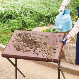 コンパクト折りたたみ台&スツールセット 汚れはさっと水で流すだけ。