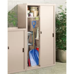 引き戸物置 吉谷さんコラボカラー・グレージュ レギュラーハイ ポリタンクや長物にも対応する可動棚付き。
