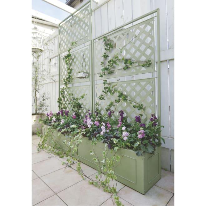 欧風トレリス付きプランターボックス〈セージグリーン〉 高さ220cm テラス部分に高さ違いの2つを並べて、立体的に植栽を楽しめる空間に。※お届けは奥の高さ220cmです。