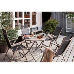 アーバンガーデン テーブル&チェア ラウンド 大 5点セット 落ち着いた配色が上質感を高めます。お届けは、ラウンドテーブル+チェア4脚の5点セットです。