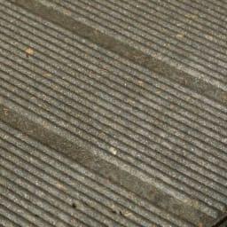 イタリア製物置 三角屋根 内部の床材はナチュラルな質感で頑丈な人工木材。