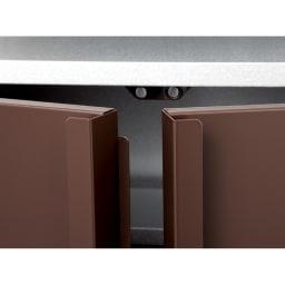 ガルバ製物置 レギュラータイプ 幅91.5高さ95cm 扉は浸入防止板付きで、雨やホコリが入り込みにくい構造。