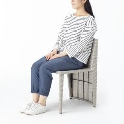 ラタン調コンパクトシリーズ〈ライトグレー〉 テーブル&チェア3点セット チェアはクッション性があるウィッカー編みで、座り心地もよいです。