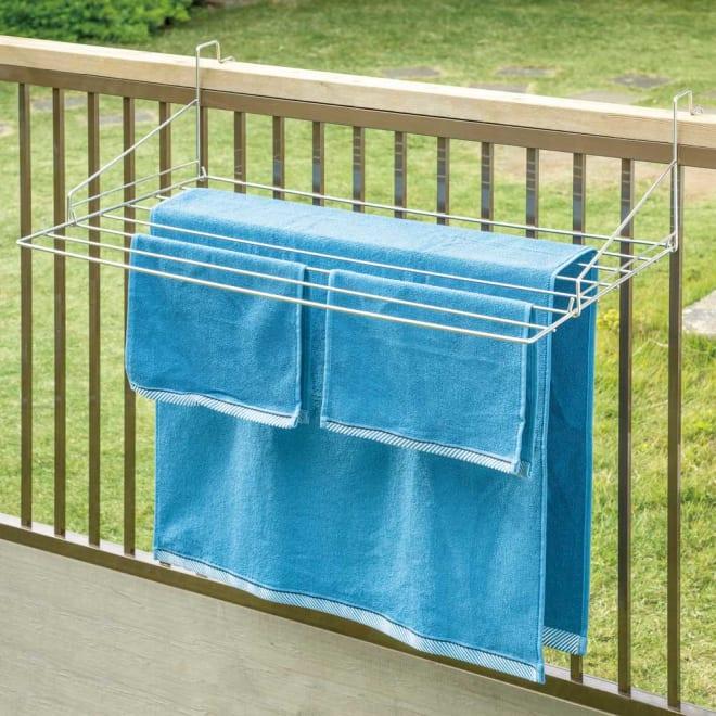 スタイリッシュなのに大容量!ステンレス製ベランダタオルハンガー 大判タオルが掛けられます。