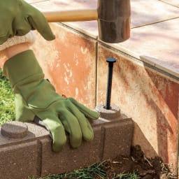 カナダ製 アラベスク調エッジング お得な2本組(240cm分) 土壌を平らに整え、端にペグを打ち込み固定します。