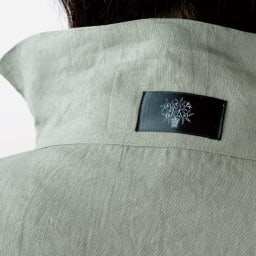 吉谷桂子先生デザイン 麻のスモック 首元には吉谷ブランドのデザインロゴ付き。