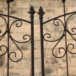 シャトーフェンス 高さ150cm 4枚組 フェンス突端にしつらえた鋳物の装飾が、古城をイメージさせるデザイン。