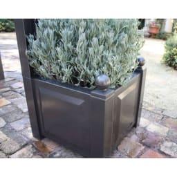 ドイツKHW社製 プランター付きアーチ 植物を引き立てるエッジのきいたデザインのプランター部。