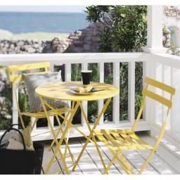 フランス製 ビストロ3点セット(ビストロテーブル+ビストロチェア2脚組) 使用イメージ ハニー 南仏の陽光を思わせる明るいイエローカラー。華奢なデザインで庭やベランダの小粋なアクセントに。雨にも強く機能性も兼ねています。