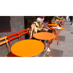 フランス製 ビストロ3点セット(ビストロテーブル+ビストロチェア2脚組) ヨーロッパの街角でも、テーブルとチェアでカラーコーディネートされていました!