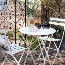 フランス製 ビストロ3点セット(ビストロテーブル+ビストロチェア2脚組) 使用イメージ ホワイト クラシカルな雰囲気にもとってもマッチします。