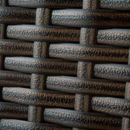 ファーストクラス フットレスト付きデッキチェア 緻密に編み上げたラタン調素材が、ほどよいクッション性を届けます。