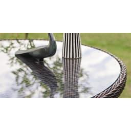 ガラス&ウィッカーシリーズ ラウンド小 3点セット(ラウンドテーブル小+チェア2脚) ガラストップの天板が背景を幻想的に映します。