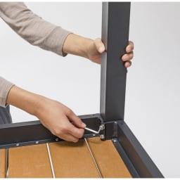 ファーストクラスファニチャー 正方形テーブル 脚を取り付けるための簡単組み立て。