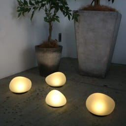 LEDソーラーストーンライト Mサイズ1個・Lサイズ1個 [点灯時]お届けはMx1、Lx1 計2点です。
