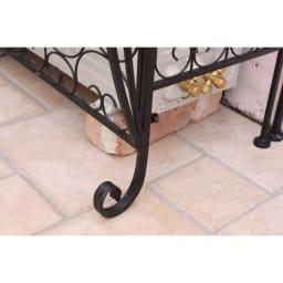 プレミアム室外機カバー 棚付き 脚部は「くるり」と曲がったネコ脚デザイン。