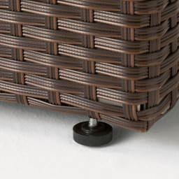 ラタン調コンパクトシリーズ〈ライトグレー〉 薄型ベンチ幅60 脚部アジャスター付きで段差のある場所もOK。※画像はウィッカーの色が異なります。お届けはグレーです。