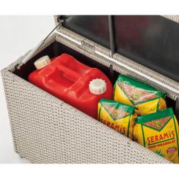 ラタン調コンパクトシリーズ〈ライトグレー〉 薄型ベンチ幅60 散らかりがちな土や肥料、灯油缶などを収納するのにぴったり。