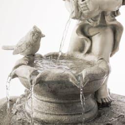 エンジェル&バード ソーラーファウンテン 天使の持つ器から水がこぼれ出て、涼しげな音とともに流れ落ちます。