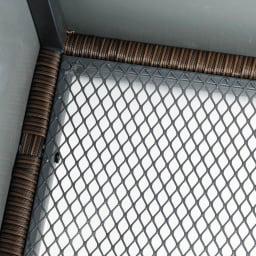 組立不要 ラタン調ゴミ保管庫 幅100cm ペール3個付き 底面は水はけの良いメッシュ状。