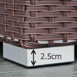 組立不要 ラタン調ゴミ保管庫 幅130cm ペール4個付き 脚高で通気性の良い仕様。