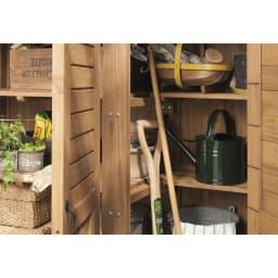 3つ扉シンプル木製収納庫 棚板は前後分割して手前に長尺物も。