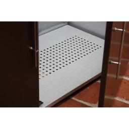 ガルバ製2面開閉ダスト収納庫 底板は通気性の良いパンチングメッシュ仕様