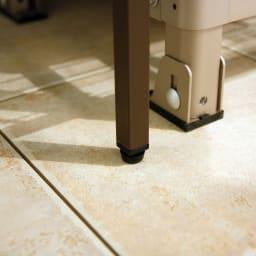 ボンデ鋼板逆ルーバー室外機カバー 2段用 脚部アジャスター付きで、設置時のガタツキを調整できます。