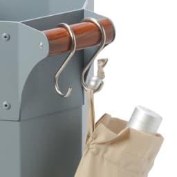 ガルバリウム製シリーズ 傘立て フック付きで折りたたみ傘が掛けられます。